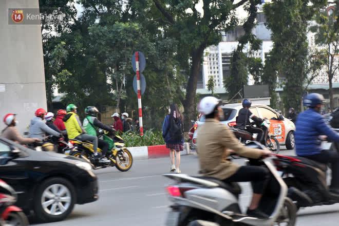 Hà Nội: Sau vụ tai nạn khiến 2 nạn nhân tử vong thương tâm, nhiều người vẫn bất chấp băng qua dòng xe như mắc cửi trên đường Nguyễn Trãi-12