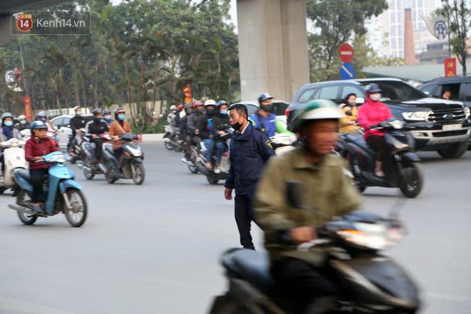 Hà Nội: Sau vụ tai nạn khiến 2 nạn nhân tử vong thương tâm, nhiều người vẫn bất chấp băng qua dòng xe như mắc cửi trên đường Nguyễn Trãi-10