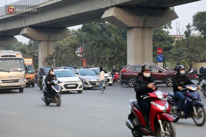 Hà Nội: Sau vụ tai nạn khiến 2 nạn nhân tử vong thương tâm, nhiều người vẫn bất chấp băng qua dòng xe như mắc cửi trên đường Nguyễn Trãi-15