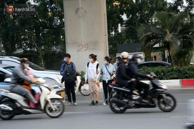 Hà Nội: Sau vụ tai nạn khiến 2 nạn nhân tử vong thương tâm, nhiều người vẫn bất chấp băng qua dòng xe như mắc cửi trên đường Nguyễn Trãi-2