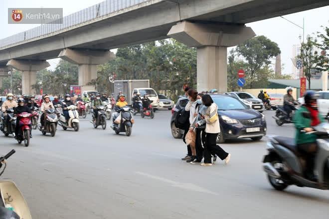 Hà Nội: Sau vụ tai nạn khiến 2 nạn nhân tử vong thương tâm, nhiều người vẫn bất chấp băng qua dòng xe như mắc cửi trên đường Nguyễn Trãi-1