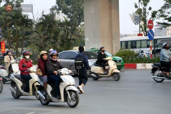 Hà Nội: Sau vụ tai nạn khiến 2 nạn nhân tử vong thương tâm, nhiều người vẫn bất chấp băng qua dòng xe như mắc cửi trên đường Nguyễn Trãi-14