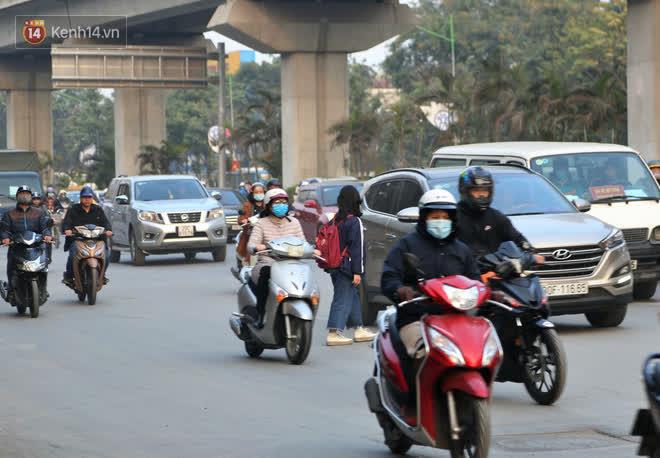 Hà Nội: Sau vụ tai nạn khiến 2 nạn nhân tử vong thương tâm, nhiều người vẫn bất chấp băng qua dòng xe như mắc cửi trên đường Nguyễn Trãi-13