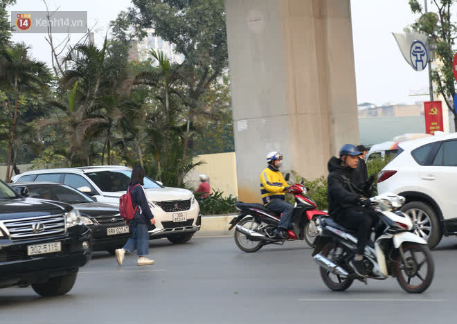 Hà Nội: Sau vụ tai nạn khiến 2 nạn nhân tử vong thương tâm, nhiều người vẫn bất chấp băng qua dòng xe như mắc cửi trên đường Nguyễn Trãi-7