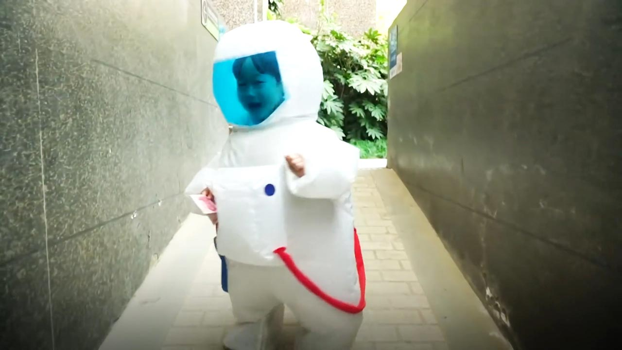 Xem 'Phi hành gia' 4 tuổi đi dạo phố gây sốt mạng xã hội