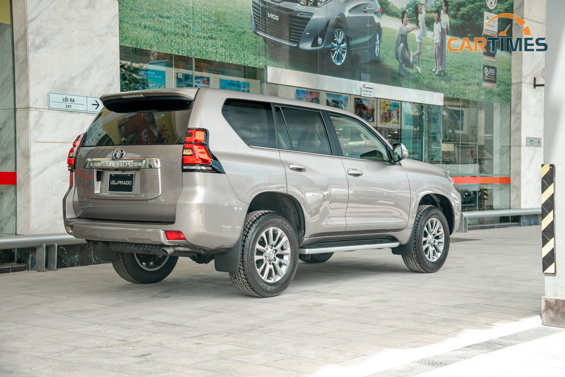 Toyota Land Cruiser Prado 2020 khan hàng trước Tết, giá bán tăng mạnh -2