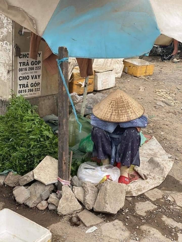 Cụ bà ngủ gục bên bó rau những ngày cuối năm ở Sài Gòn: Cháu mua đi, 1 bó 5k, mua 4 bó bà khuyến mãi 1 bó-2