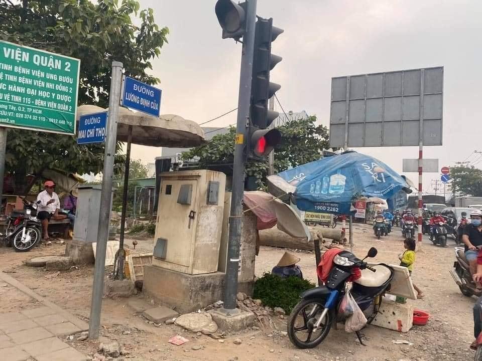 Cụ bà ngủ gục bên bó rau những ngày cuối năm ở Sài Gòn: Cháu mua đi, 1 bó 5k, mua 4 bó bà khuyến mãi 1 bó-3