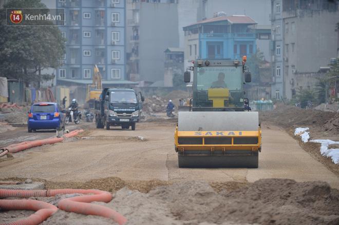 Công trình ngổn ngang tại con đường dài 1,3km treo gần 20 năm giữa Thủ đô khiến người dân khó chịu khi đi qua-12