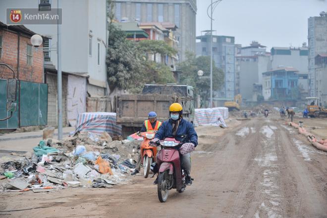 Công trình ngổn ngang tại con đường dài 1,3km treo gần 20 năm giữa Thủ đô khiến người dân khó chịu khi đi qua-19