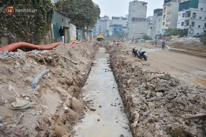 Công trình ngổn ngang tại con đường dài 1,3km treo gần 20 năm giữa Thủ đô khiến người dân khó chịu khi đi qua-21