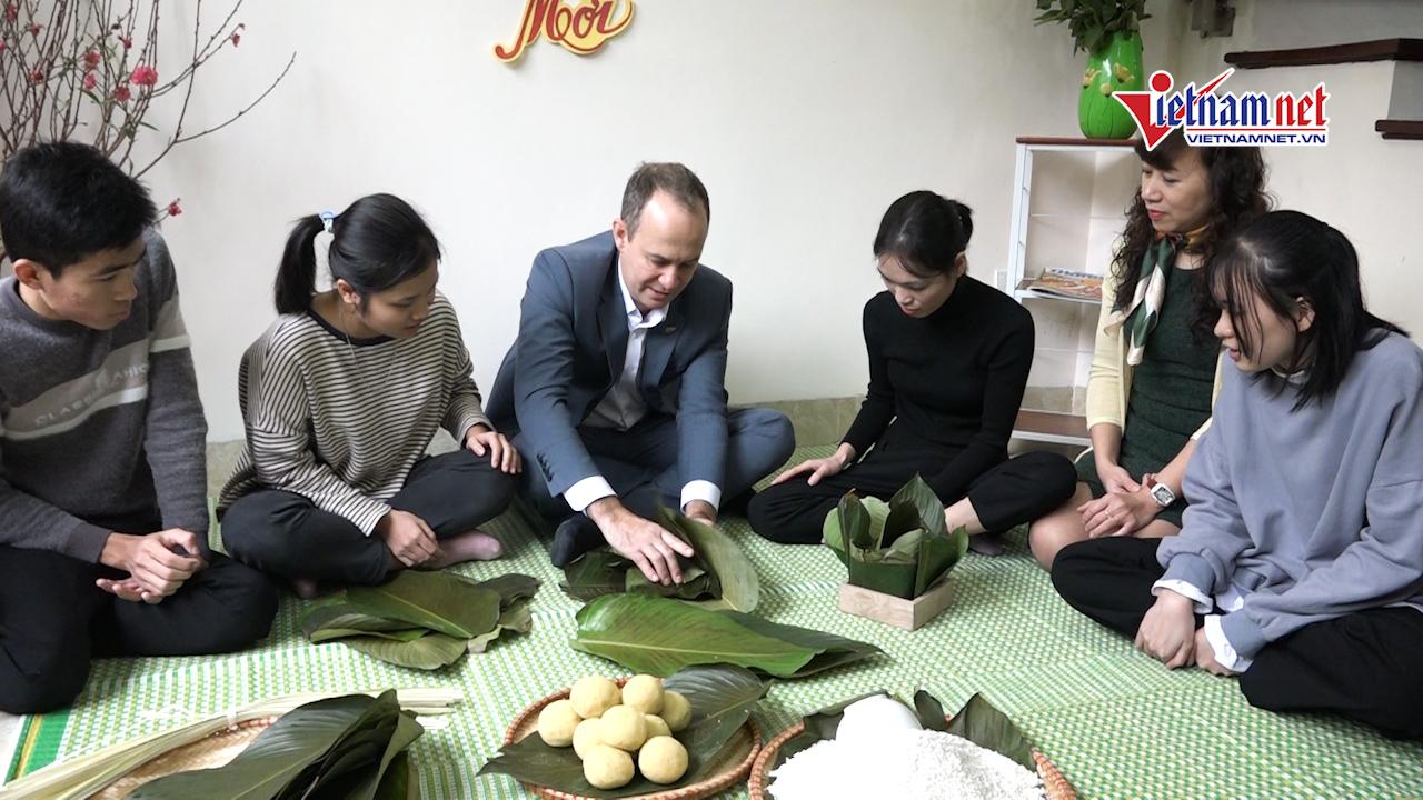 Quyền Đại sứ New Zealand lần đầu gói bánh chưng tại ngôi nhà đặc biệt ở HN