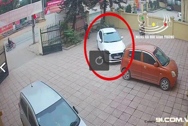 Clip: Chiếc ô tô mới cứng bất ngờ vọt ga băng qua đường lao vào cột điện, trích xuất camera khiến tất cả sững sờ-1