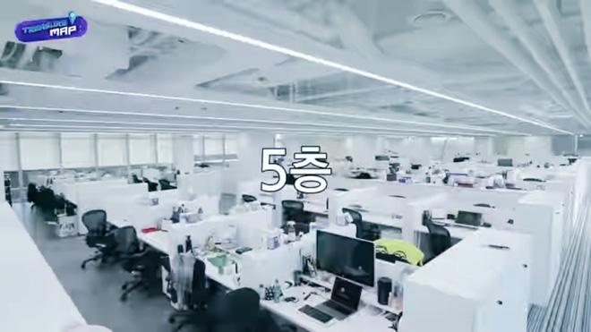 Em trai BLACKPINK hé lộ trụ sở mới siêu sang của YG: Căng tin, phòng tập khổng lồ chưa sốc bằng hành lang đủ lớn để quay MV!-31