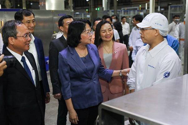 Phó Chủ tịch nước thăm hỏi, động viên công nhân nhà máy sữa trong những ngày trước tết-2