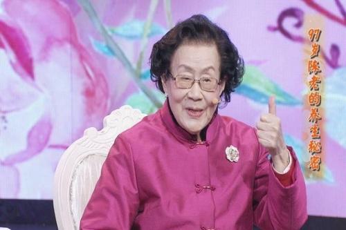 Vị bác sĩ da liễu 99 tuổi da dẻ vẫn căng bóng, hồng hào, bà tiết lộ 3 món mình không bao giờ ăn, 4 việc nhỏ thường làm mỗi ngày-3