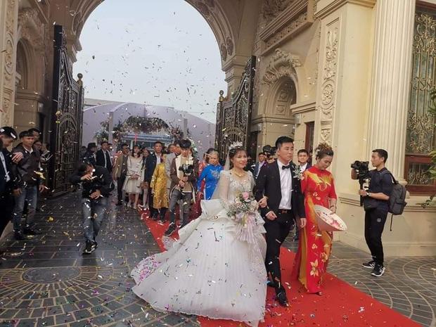 Lộ diện hình ảnh cô dâu chú rể ở đám cưới trong lâu đài dát vàng tại Ninh Bình, biết các con số của tiệc cưới lại càng choáng hơn-2