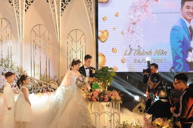 Lộ diện hình ảnh cô dâu chú rể ở đám cưới trong lâu đài dát vàng tại Ninh Bình, biết các con số của tiệc cưới lại càng choáng hơn-3