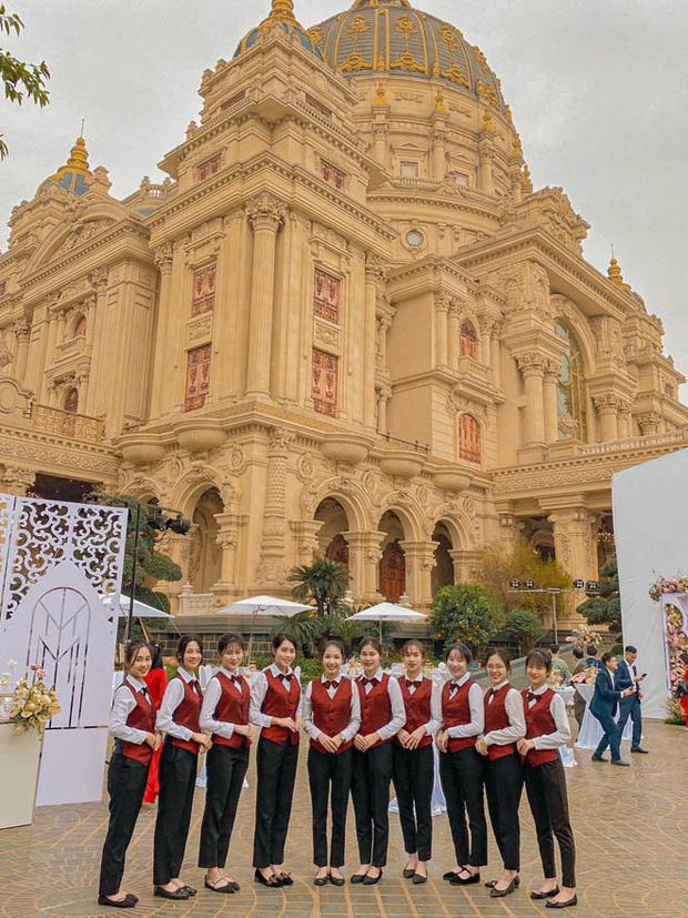 Lộ diện hình ảnh cô dâu chú rể ở đám cưới trong lâu đài dát vàng tại Ninh Bình, biết các con số của tiệc cưới lại càng choáng hơn-5