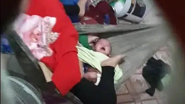 Clip xót xa: Người mẹ biểu hiện bất thường liên tục gào thét, đạp tới tấp vào 2 bé sinh đôi đang khóc đến lạc giọng-1