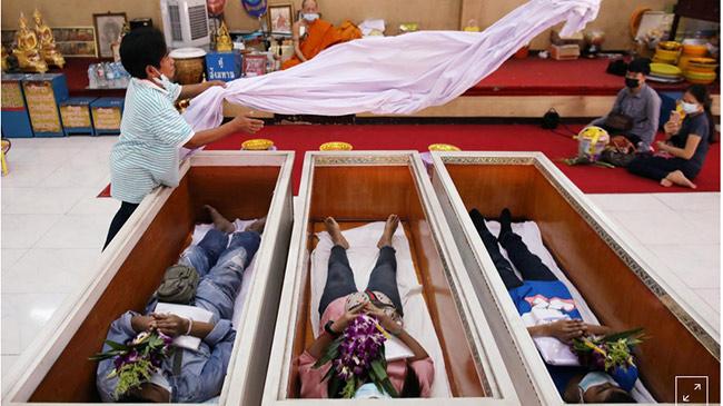 Năm hết Tết đến, người Thái Lan thi nhau nằm quan tài cầu may