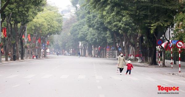 Phố đi bộ Hồ Hoàn Kiếm vắng bóng người do lo ngại dịch Covid -19