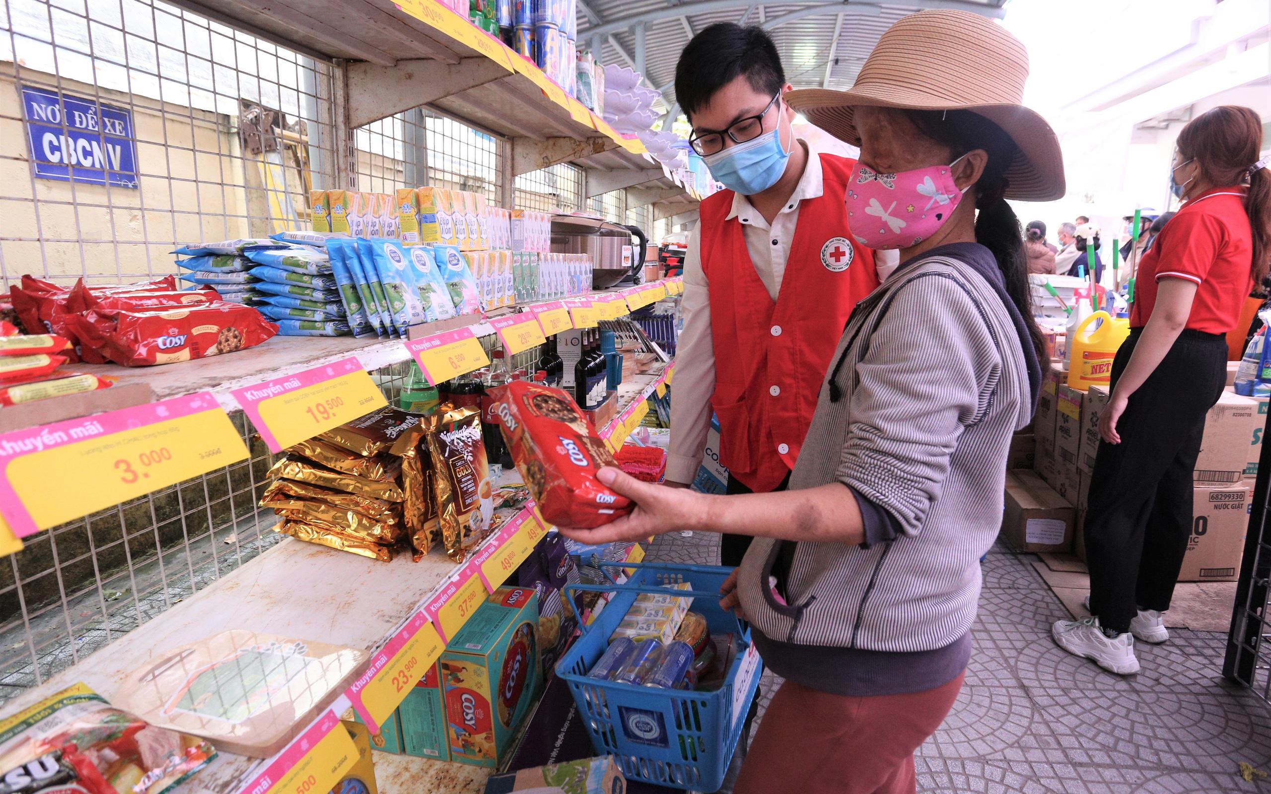 Ấm lòng phiên chợ Tết miễn phí cho người khó khăn do dịch Covid-19 và bão lũ ở Đà Nẵng