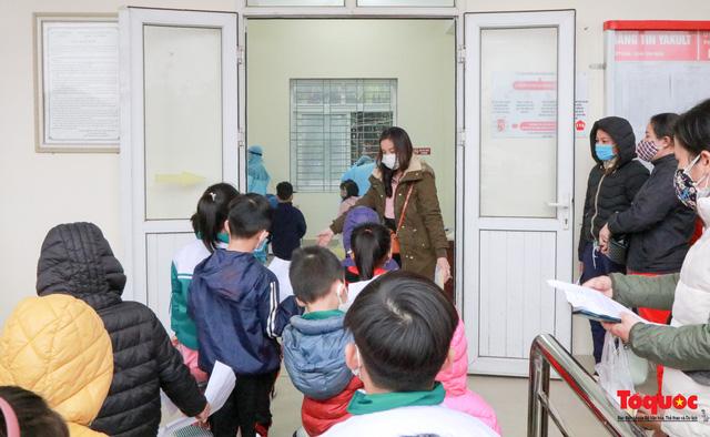 Gấp rút lấy mẫu xét nghiệm COVID-19 cho 1500 học sinh tiểu học Xuân Phương-5