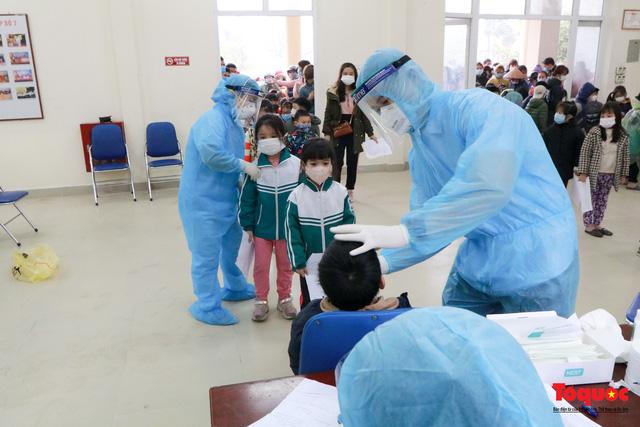 Gấp rút lấy mẫu xét nghiệm COVID-19 cho 1500 học sinh tiểu học Xuân Phương-10