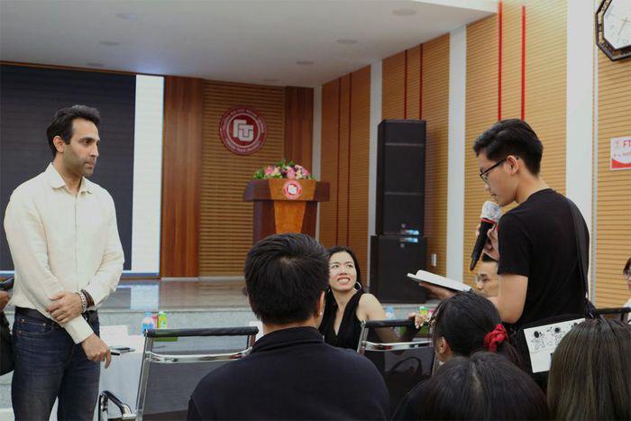 Sinh viên học xây dựng thương hiệu biểu tượng cùng chuyên gia-2