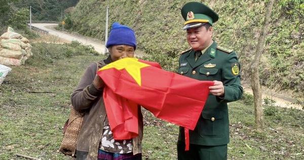 Tặng cờ Tổ quốc và quà Tết cho nhân dân biên giới Quảng Trị