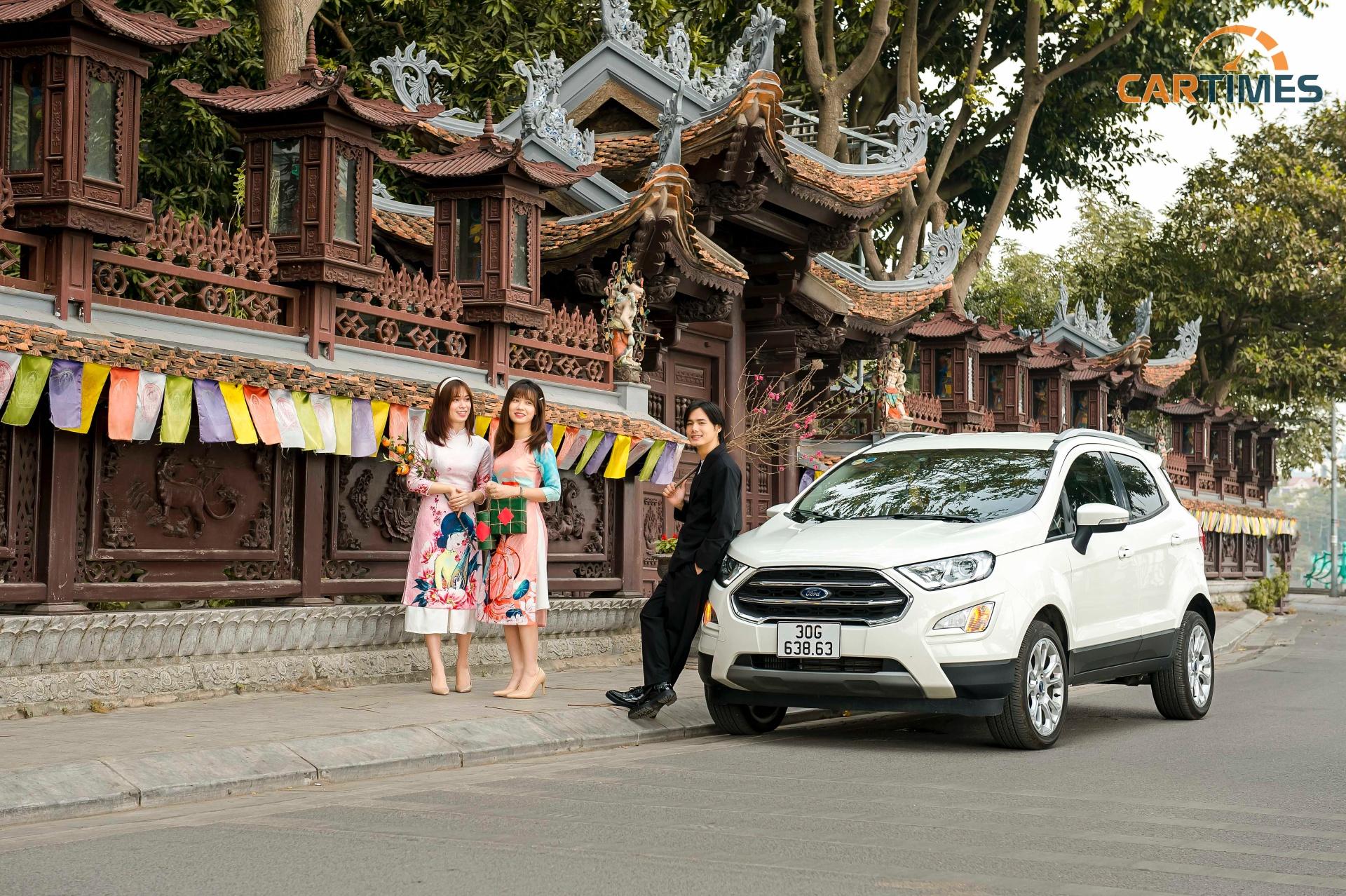 Ford EcoSport dạo phố mùa xuân bên cạnh những chiếc áo dài cách tân