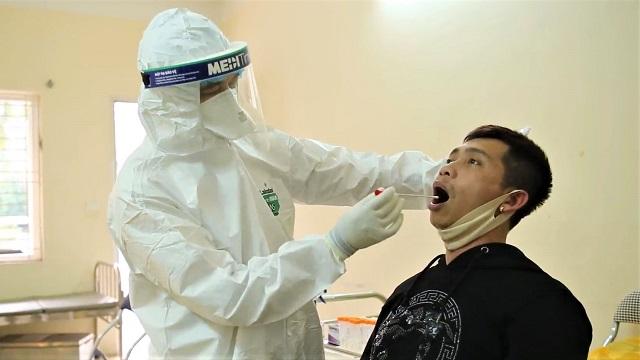 Người trở về Hà Nội từ vùng dịch xếp hàng xét nghiệm Covid-19