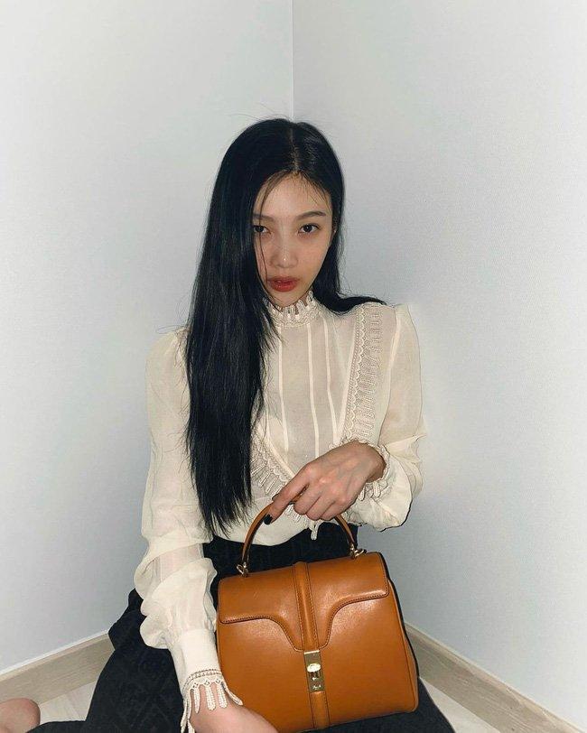 Học 12 cách diện đồ đen - trắng của sao Hàn để ngay cả lúc lười nhất, chị em vẫn mặc đẹp và sang hết cỡ-3