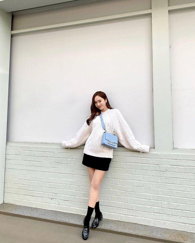 Học 12 cách diện đồ đen - trắng của sao Hàn để ngay cả lúc lười nhất, chị em vẫn mặc đẹp và sang hết cỡ-4