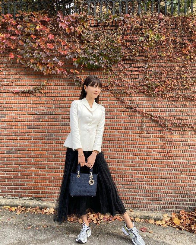 Học 12 cách diện đồ đen - trắng của sao Hàn để ngay cả lúc lười nhất, chị em vẫn mặc đẹp và sang hết cỡ-5