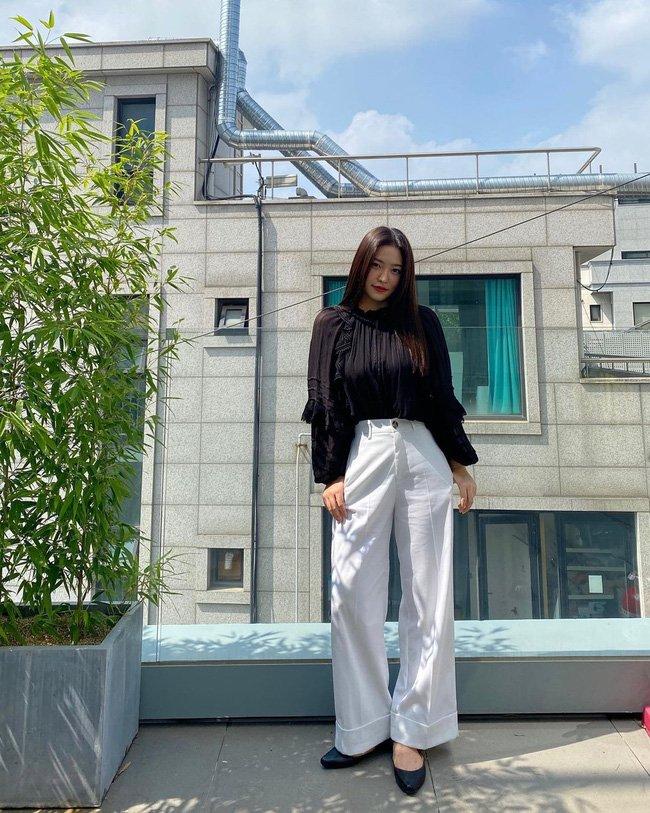 Học 12 cách diện đồ đen - trắng của sao Hàn để ngay cả lúc lười nhất, chị em vẫn mặc đẹp và sang hết cỡ-6
