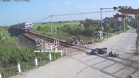 Clip: Cố băng qua đường tàu, thanh niên đập mặt vào thanh chắn và 3 giây