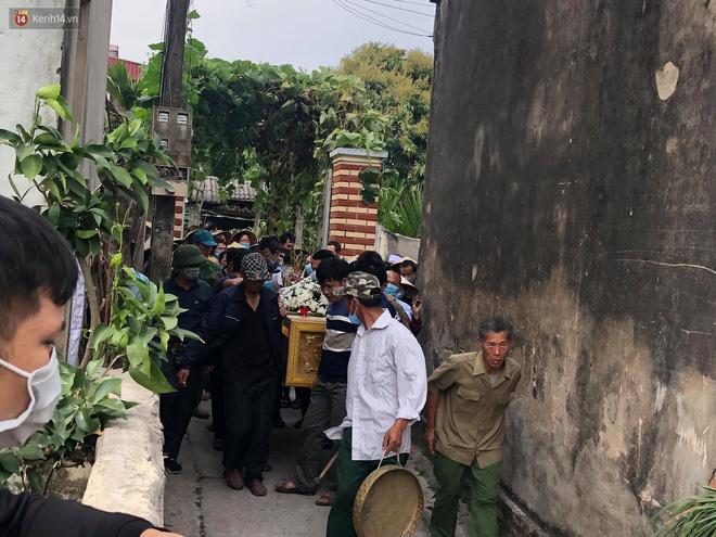 Quặn lòng đám tang của nữ sinh lớp 10 bị bạn trai bóp cổ đến chết, người thân ngã quỵ trên đường đưa tiễn-11