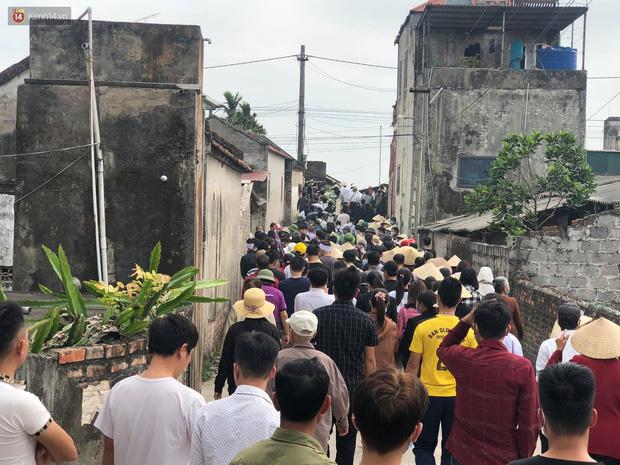 Quặn lòng đám tang của nữ sinh lớp 10 bị bạn trai bóp cổ đến chết, người thân ngã quỵ trên đường đưa tiễn-12