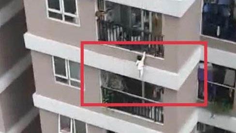 Thông tin mới nhất về tình hình sức khỏe bé gái được cứu sống thần kỳ sau khi rơi từng tầng cao chung cư ở Hà Nội, mẹ bé hiện rất hoảng loạn