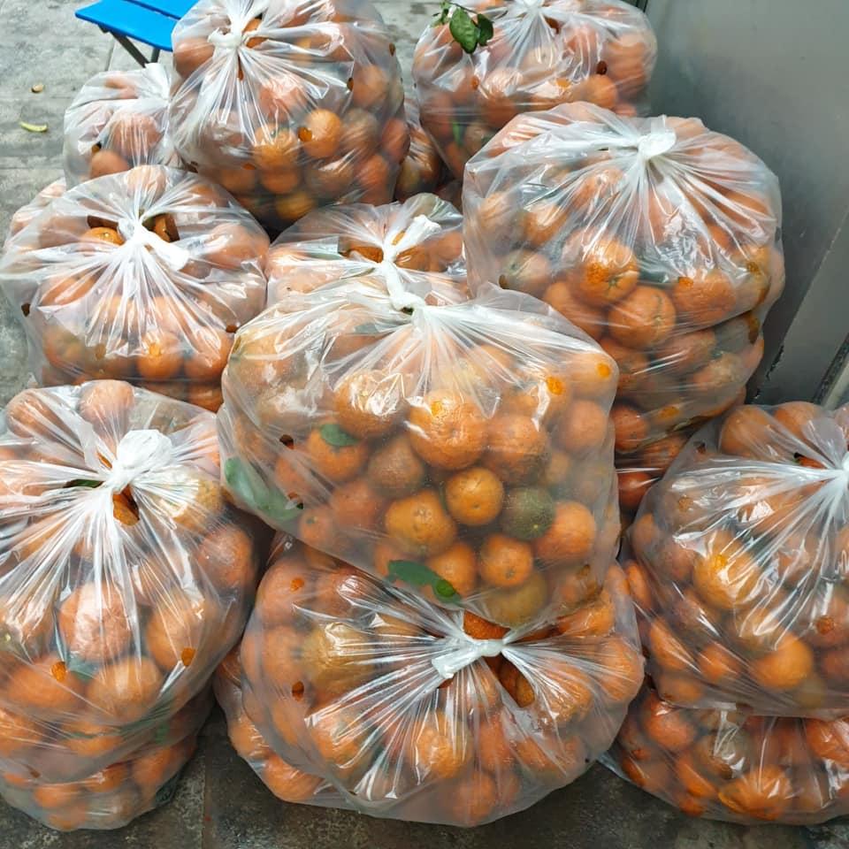Người dân Hà Nội xếp hàng mua gà giải cứu 60k/kg, thị trường online thêm tấp nập với cam Hà Giang 7k/kg-12