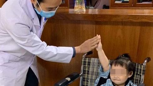 Bé gái 3 tuổi rơi từ tầng 12 rạng rỡ ngày xuất viện: