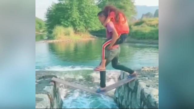 Ga lăng không đúng chỗ, chàng trai cùng người yêu rơi tõm xuống nước