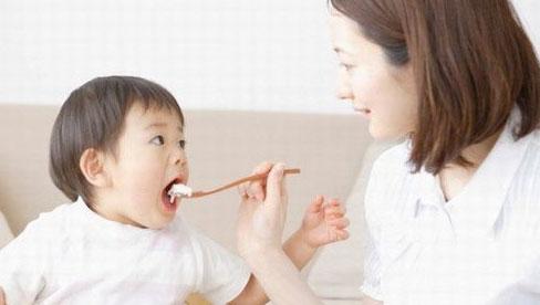 Bé ba tuổi suy dinh dưỡng, chậm phát triển chỉ vì mẹ bữa nhớ bữa quên cho con ăn dầu