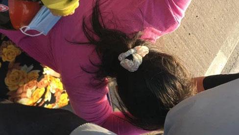 TP.HCM: Cha bị xe container cán tử vong, con gái đến hiện trường ôm thi thể khóc ngất