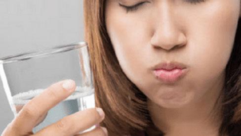 Thói quen súc miệng nước muối giúp bạn chăm sóc răng trắng khỏe