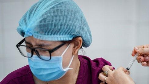 Hai người gặp phản ứng nặng sau khi tiêm vaccine AstraZeneca