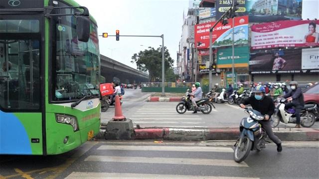 Hà Nội: Buýt nhanh phanh gấp 'nhường đường' cả đoàn xe máy đi ngược chiều