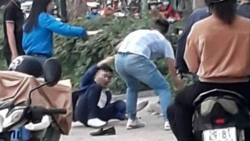 Đánh ghen trên hồ Tây: Chồng thuê xe ôm bắt quả tang vợ gian díu với bồ, những cú